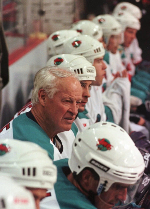gordie howe still plays
